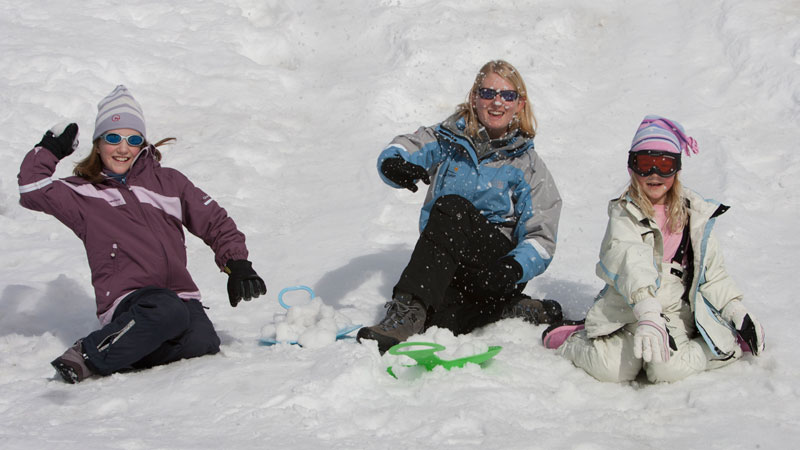 Snowballs and sledging with Premiere Neige
