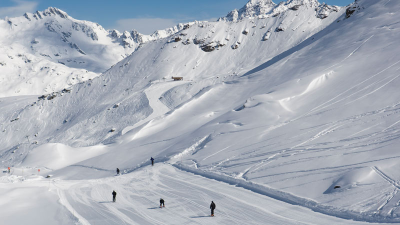 Skiers on the Plan des Veaux piste in Sainte Foy. © Mark Junak