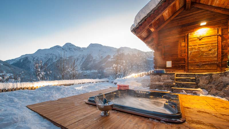 Outdoor hot tub at Chalet Merlo, Le Miroir